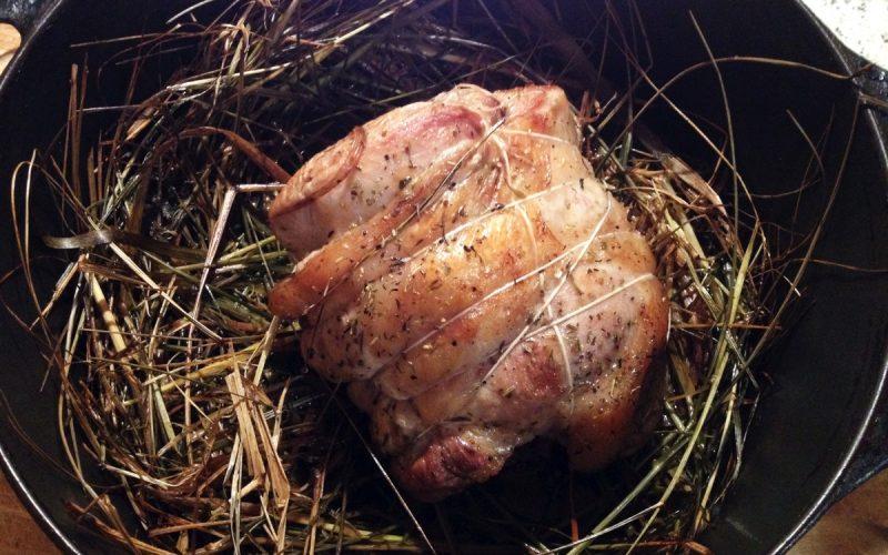 Selle d'agneau cuite au foin