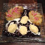Recette de Poires cuites, glace vanille et sauce chocolat