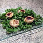 Recette de Salade au chèvre, fonds d'artichaut et pignons de pin