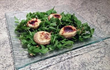 Salade au chèvre, fonds d'artichaut et pignons de pin