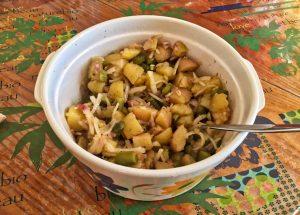 salade pommes de terre oignons cornichons 2 300x215 - Salade de pommes de terre, oignons et cornichons