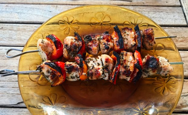 brochettes poulet mariné 1 620x381 - Dossier : Barbecue & Salades !