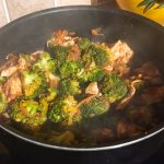 IMG 1303 150x150 - Poêlée de brocolis, poulet, tomates, oignon rouge