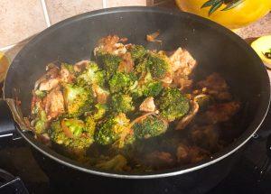 IMG 1303 300x215 - Poêlée de brocolis, poulet, tomates, oignon rouge