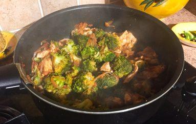Poêlée de brocolis, poulet, tomates, oignon rouge