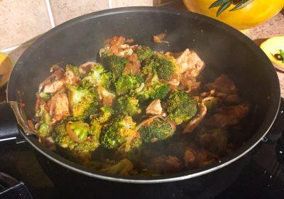 IMG 1303 400x280 - Poêlée de brocolis, poulet, tomates, oignon rouge