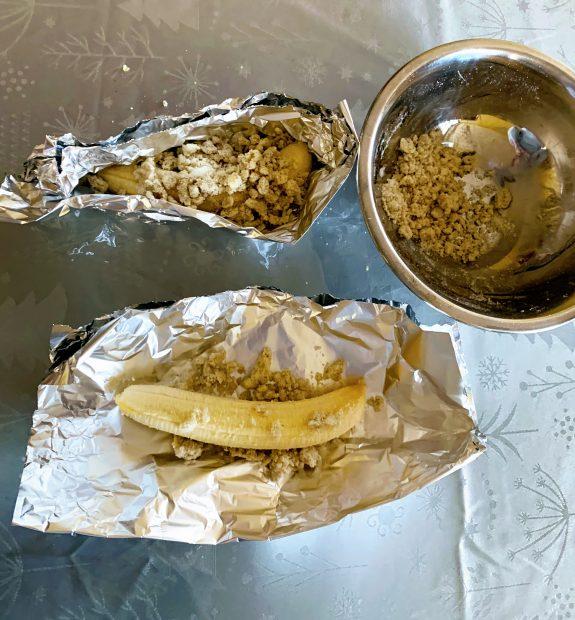 IMG 6047 575x620 - Papillottes crumble de bananes au four