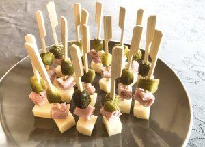 IMG 6603 300x215 - Brochettes emmental, jambon, cornichons