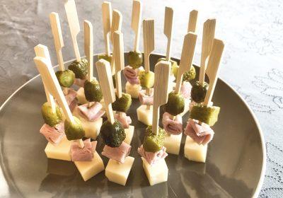 IMG 6603 400x280 - Brochettes emmental, jambon, cornichons