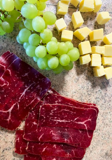IMG 6604 435x620 - Brochettes raisin, comté, viande des grisons