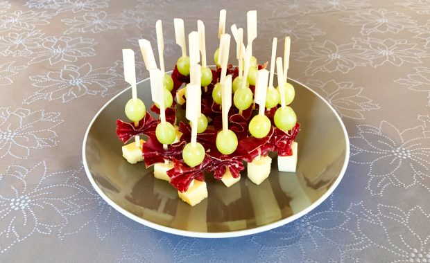 IMG 6605 620x380 - Brochettes raisin, comté, viande des grisons