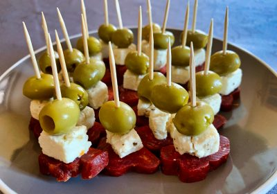 IMG 6618 400x280 - Brochettes chorizo, feta, olives