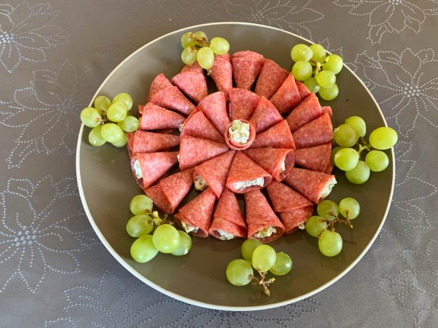IMG 6640 620x465 - Cônes au salami, fromage et cornichons